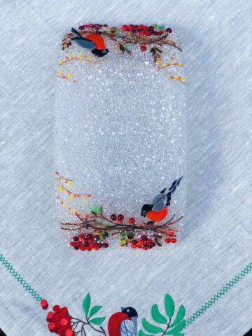 Подарочный набор «Снегири». Прямоугольная тарелка с льняной салфеткой, украшенной вышивкой.